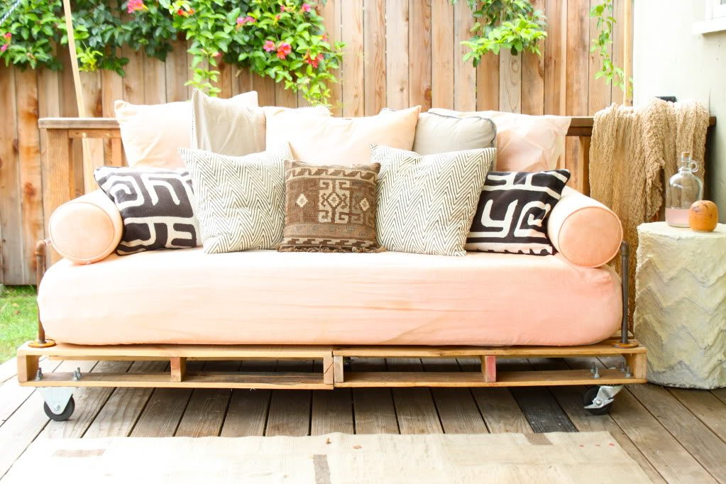 how to make an outdoor day bed from pallets